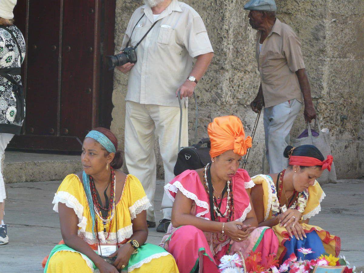 le folklore dans la rue moyennant quelques pièces pour la photo