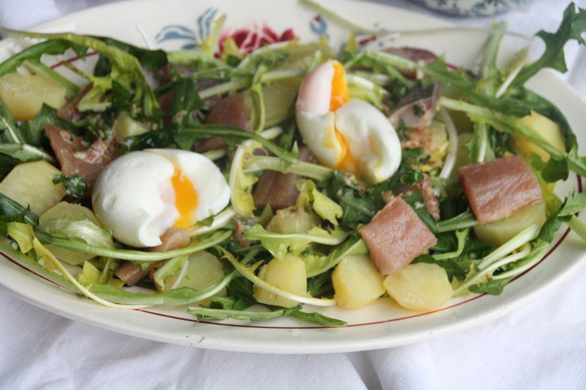 Salade de pissenlits aux oeufs mimosa à la crème de betterave
