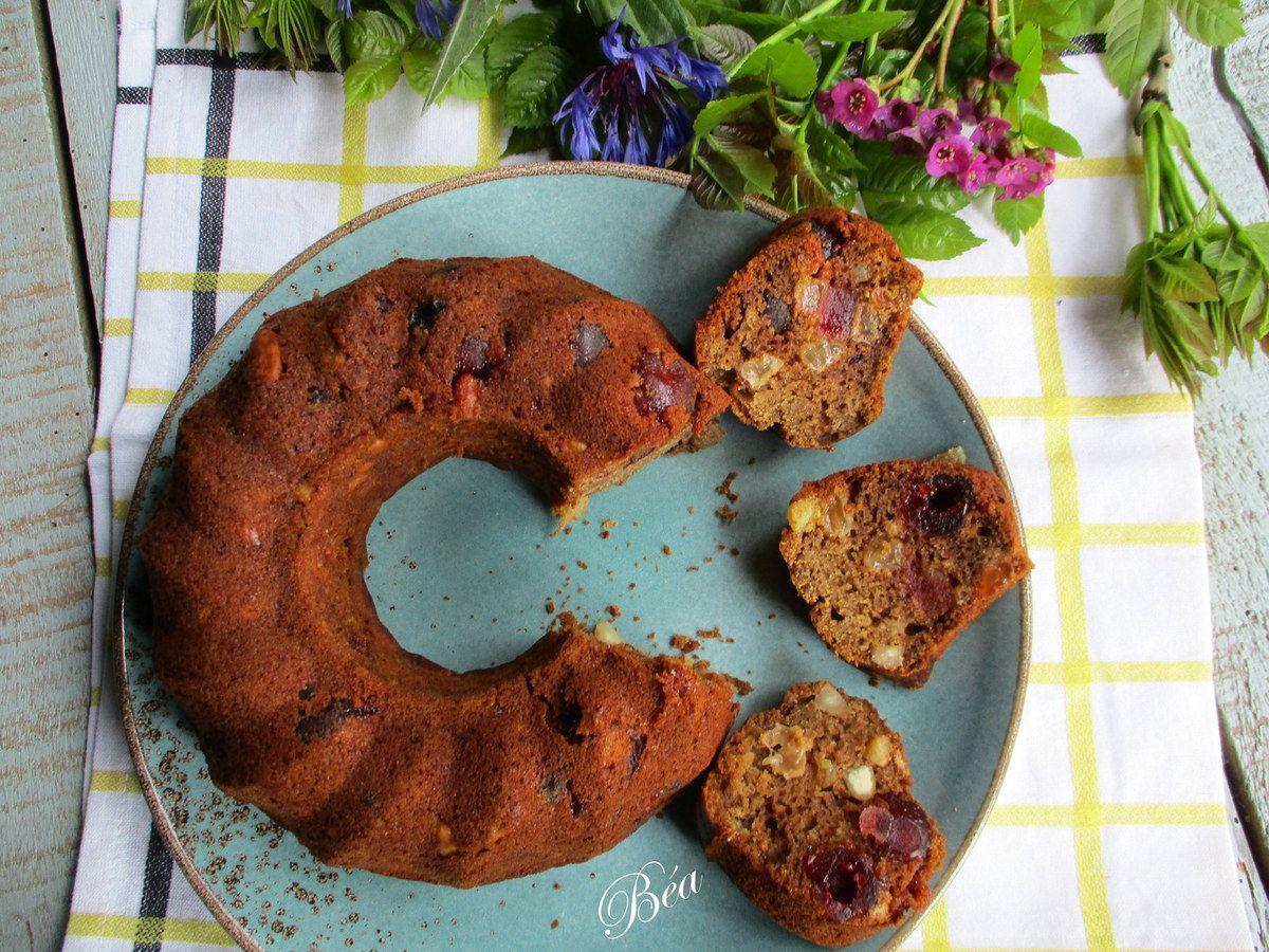 Cake au thé aux fruits rouges, raisins secs, amandes et cerises confites.