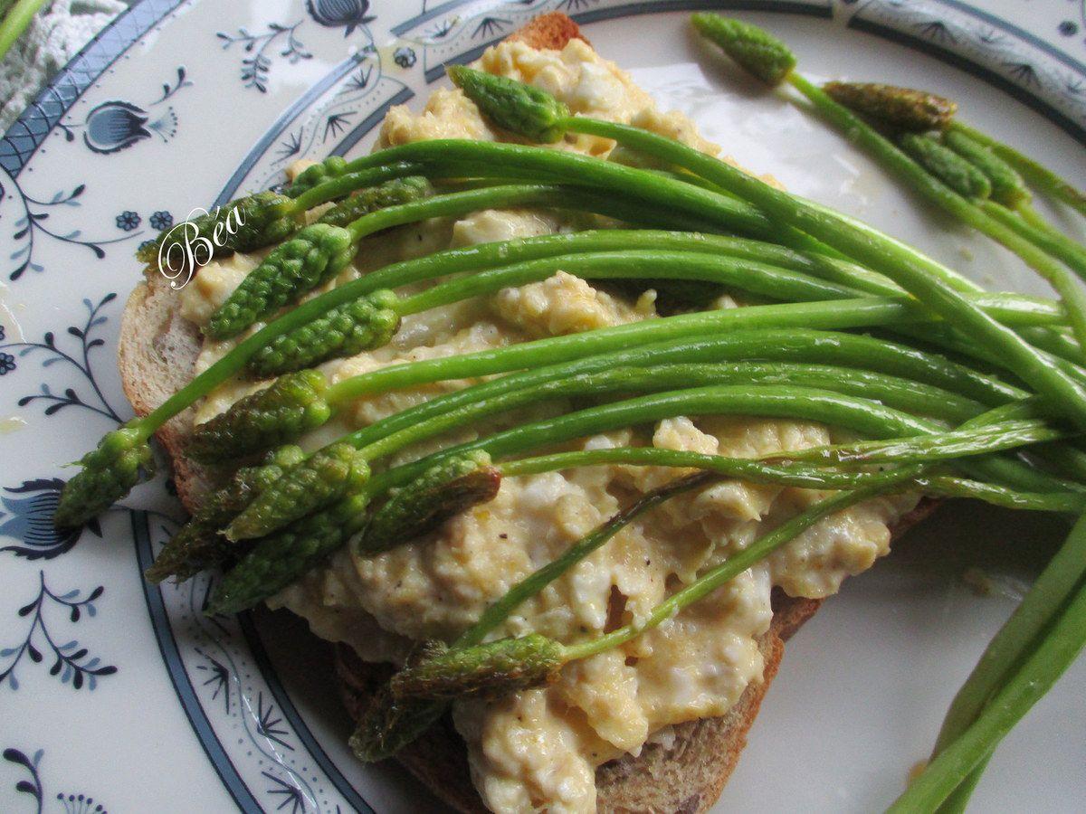 Toast aux oeufs brouillés et asperges sauvages