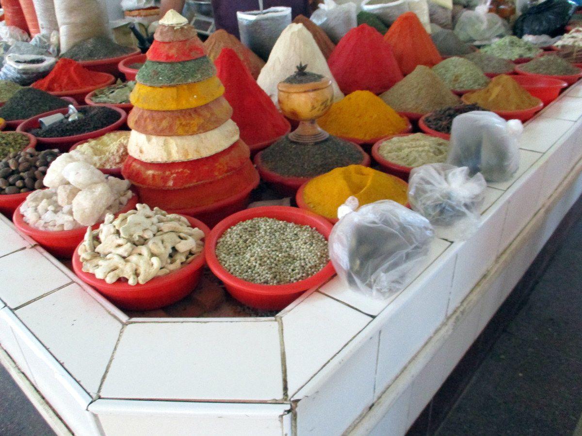 Un étal d'épices sur un marché en Ouzbékistan