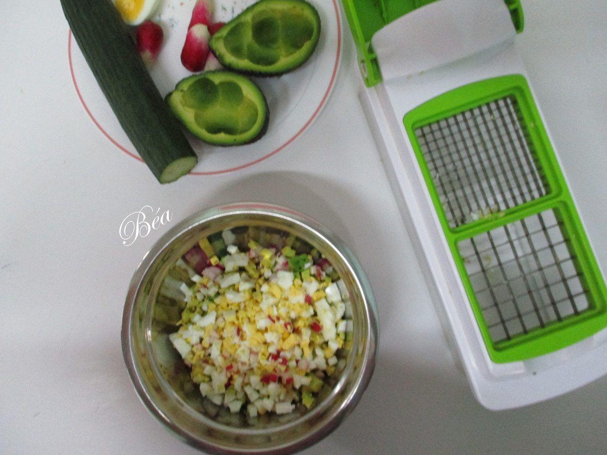 Avocat farci à la salade de légumes