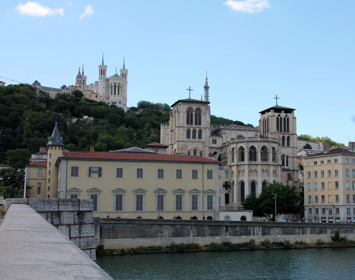 La cathédrale vue des bords de Saône et la basilique Notre Dame de la Fourvière en arrière plan