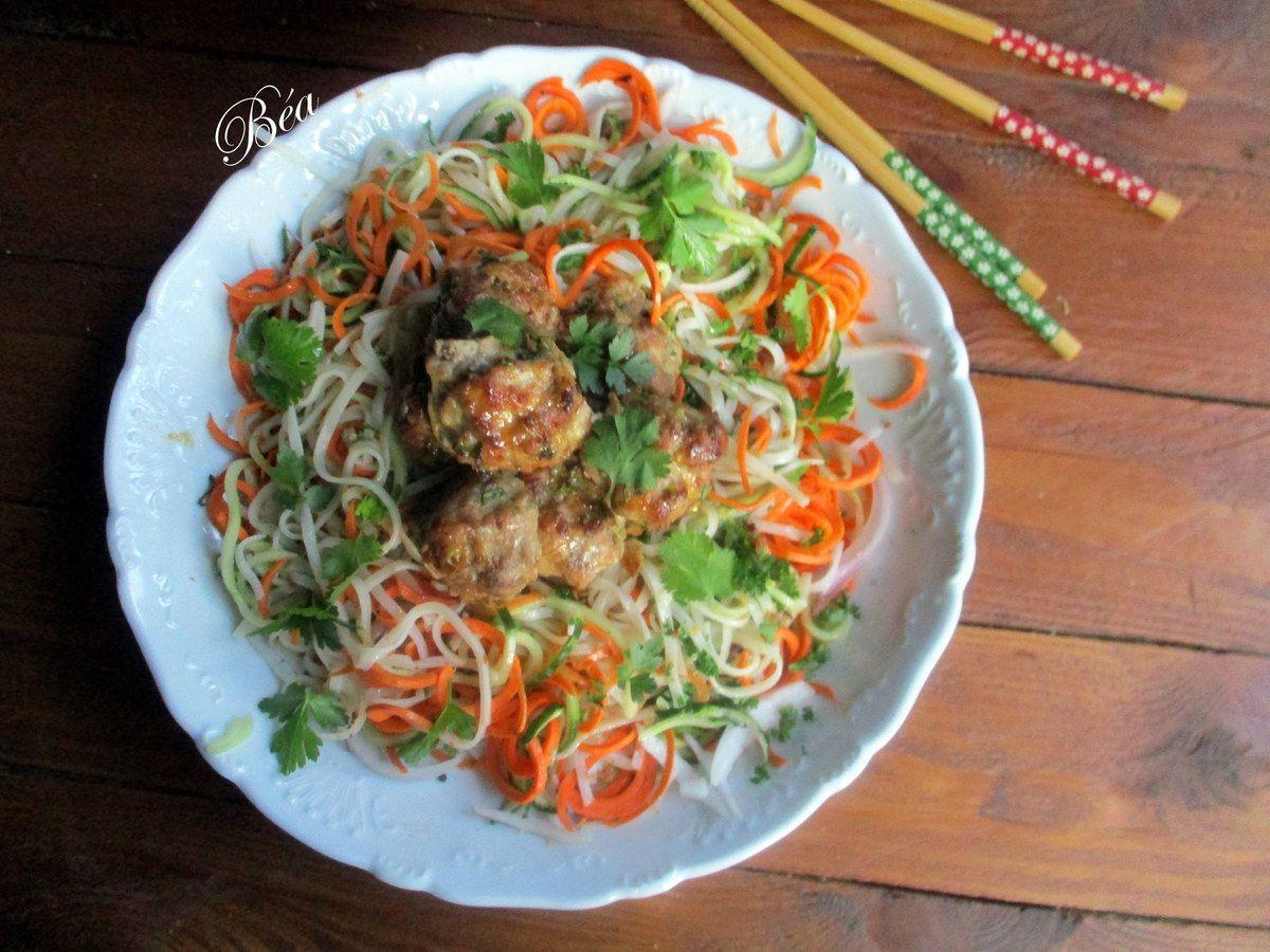 Salade asiatique de nouilles de riz et boulettes parfumées