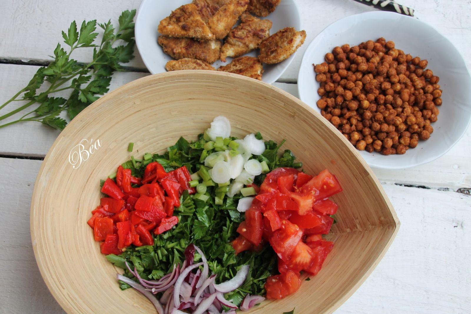 Salade de persil aux pois chiches grillés et bouchées de poulet croustillantes