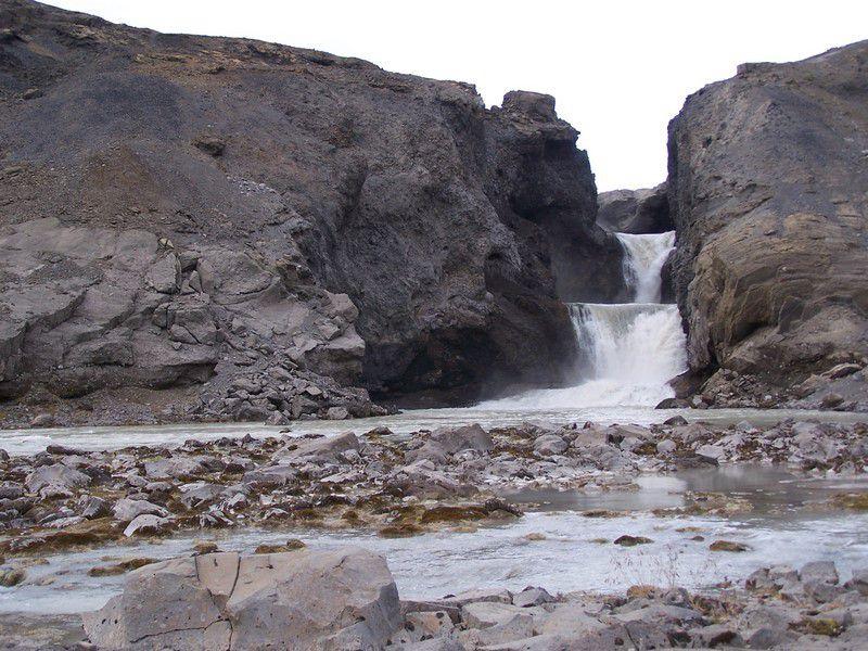 Le glacier recule. La cascade du lac.