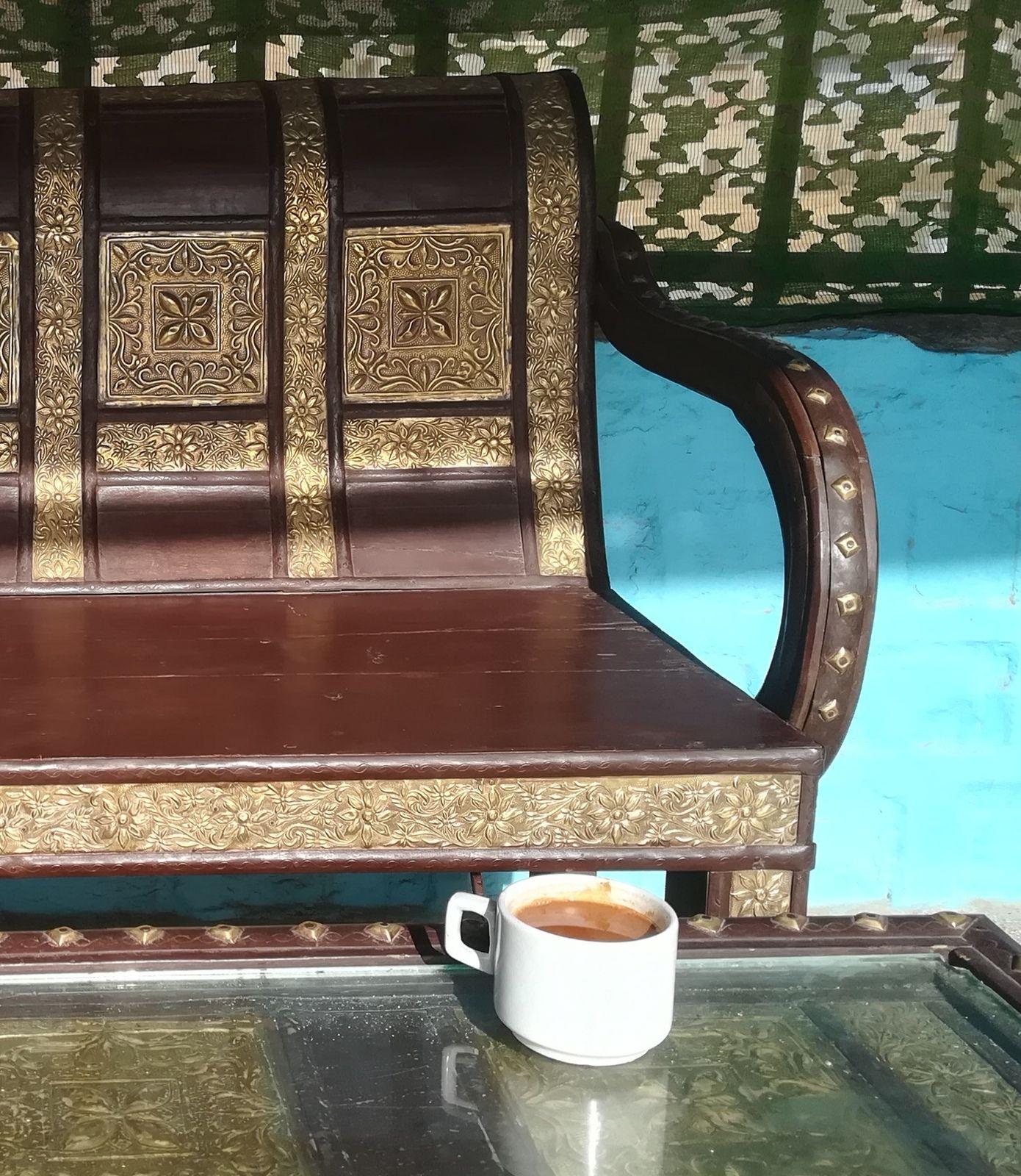 """A Jaisalmer, notre petit """"guesthouse"""" (maison d'hôtes) à de très jolis meubles"""