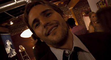 Rob découvre qu'il va pouvoir regarder la vidéo quand il sera seul au japon, la corde au cou.