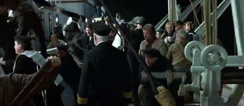 Le capitaine regarde tous ces hommes qui se débattent pour sauver leur vie. Uniquement des hommes. Il détourne le regard et se demande sans doute si, en tant que capitaine, il a le droit de survivre à ce carnage.