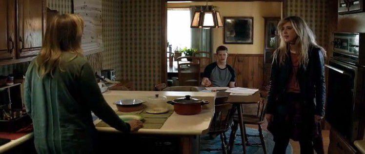 Angela souligne que Robbie et elle n'ont jamais vu Charlie frapper Mildred une seule fois et qu'ils ne peuvent se fier qu'à la parole de leur mère sur le sujet. Ce qui me semble très suspect parce que Charlie n'a absolument pas l'air d'être le genre à mentir. S'il avait frappé Mildred, il l'aurait reconnu. Exemple: il avoue avoir brûlé les panneaux et présente ses excuses.