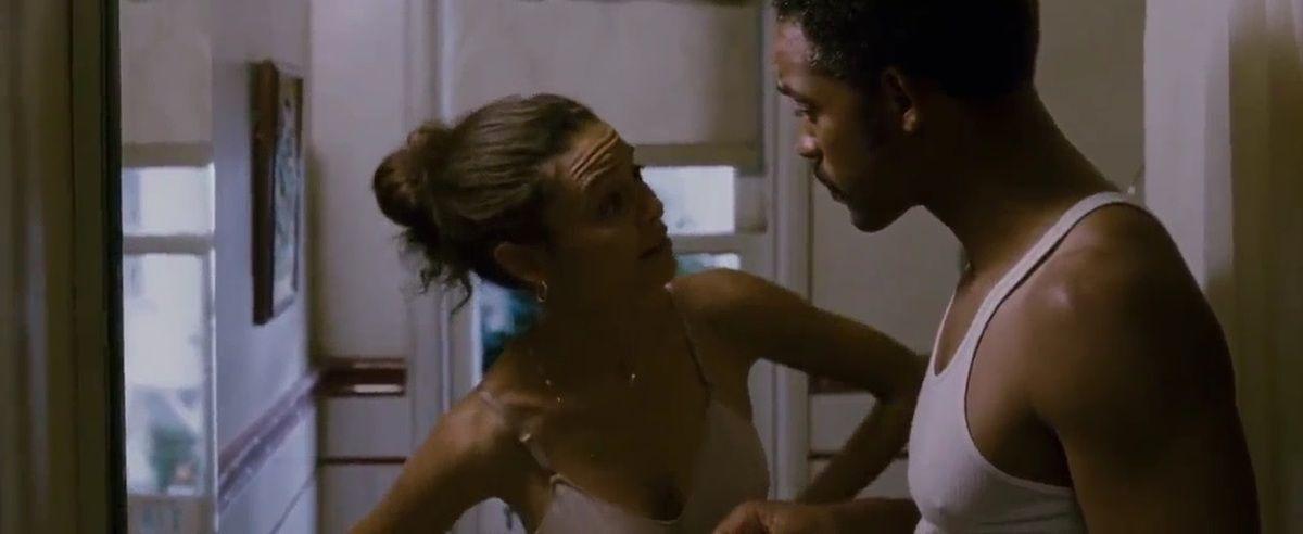 """Chris annonce à sa femme qu'il veut être agent de change. Elle lui répond """"tu veux pas plutôt être astronaute ?"""" et tombe immédiatement dans le cliché de la femme insupportable qui critique tout, tout le temps et rabaisse son mari qui fait pourtant de son mieux. Sauf qu'il ne fait pas de son mieux, qu'il est réellement irréaliste et irresponsable, qu'il les a foutu dans la merde, qu'elle a deux boulots et qu'il continue de garder la tête dans les nuages."""
