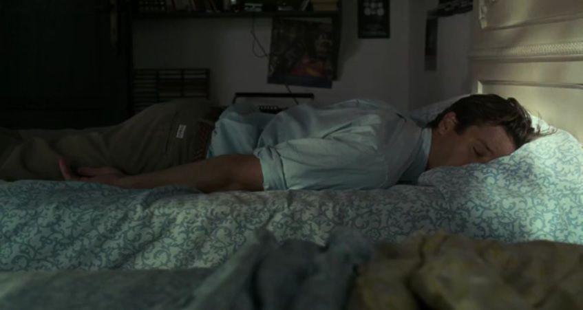 """Le gémissement qu'Oliver pousse en voyant le lit est typiquement la comédie d'un manipulateur. C'est une mise en scène introductrice de ce qu'il sait parfaitement qu'il va faire. C'est la création d'une preuve rétro-active qui contrecarre la critique. Lorsqu'Elio va se sentir vexé par l'endormissement d'Oliver, il va repenser à ce gémissement et se dire """"Ah oui, il était fatigué."""" C'est compliqué à expliquer, mais c'est le B.A. BA du manipulateur. Tu veux que la promenade soit courte sans avoir à l'avouer ? Cogne toi la jambe et pousse un gémissement bien distinct. Un enfants de huit ans produit ce genre de manipulation. La différence avec un adulte, c'est qu'on l'imagine moins capable de pareils enfantillages justement et que ses motivations sont généralement moins évidentes."""