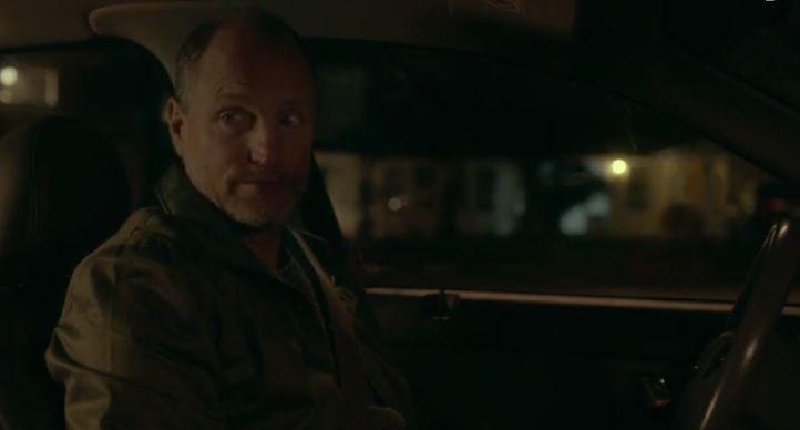 """L'insignifiance de la phrase """"sors de la voiture"""" est elle-même souligné par le personnage de Woody Harrelson, qui sait en réalité que cette phrase a un sens profond."""