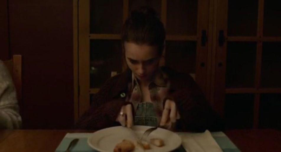"""""""Regardez-moi bien, c'est la seule fois où vous me verrez essayer de manger et ho ! Pas d'chance, quelqu'un va blesser mes petits sentiments et je vais m'interrompre dans mon initiative courageuse de manger un bout de poulet."""""""