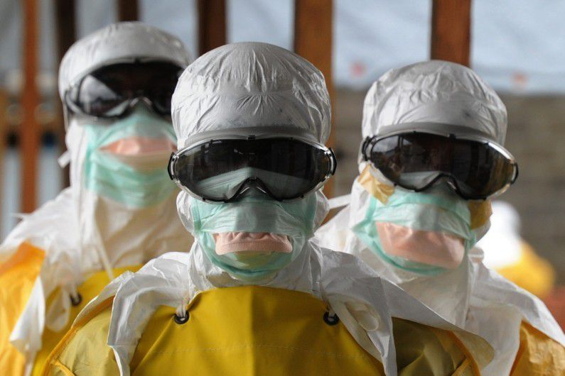 Photo d'hommes portant des masques contre EBOLA (source: RTL)