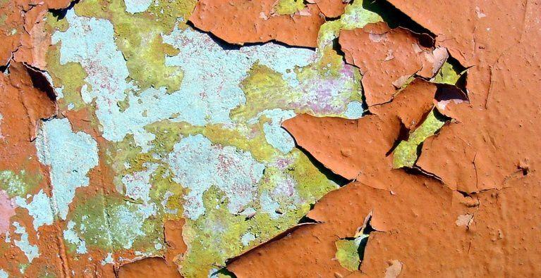 Photo d'une peinture écaillée au plomb (source: static seety)