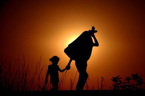 Photo d'un adulte tenant la main d'un enfant (source: wordpress)