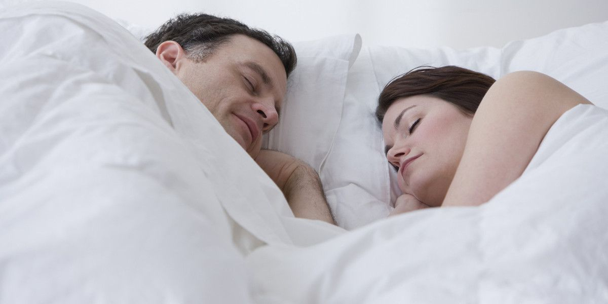 Photo d'un couple endormi (source: http://i.huffpost.com/gen/1446667/images/o-TROP-DORMIR-facebook.jpg)