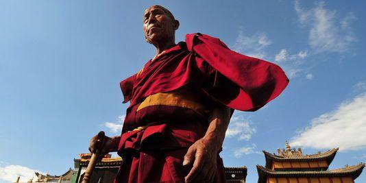 Photo d'un moine tibétain (source: http://s2.lemde.fr/image/2012/11/15/534x267/1791311_3_9077_un-moine-bouddhiste-tibetain-a-tongren-le_4b06e7a4bd6231b676bd05edfdff4a84.jpg)