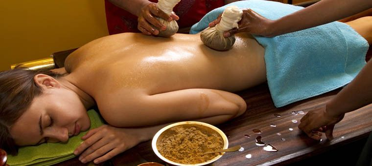 Photo d'un massage ayurvedique (source: http://www.shantitravel.com/IMG/jpg/Ayurveda_traditional_oil_back_massage.jpg)