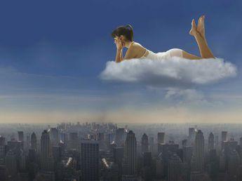 Image d'une femme sur un nuage (source: http://img.fac.pmdstatic.net/fit/http.3A.2F.2Fwww.2Efemmeactuelle.2Efr.2Fvar.2Ffemmeactuelle.2Fstorage.2Fimages.2Fbien-etre.2Fbien-dans-ma-tete.2Frever-autre-vie-03808.2F13525300-1-fre-FR.2Fpourquoi-on-reve-d-une-autre-vie.2Ejpg/345x258/crop-from/center/pourquoi-on-reve-d-une-autre-vie.jpeg)