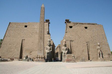 Photo d'un obelisque de Louxor (source: http://voyages.ideoz.fr/wp-content/uploads/2011/04/obelisque-louxor-egypte.jpg)