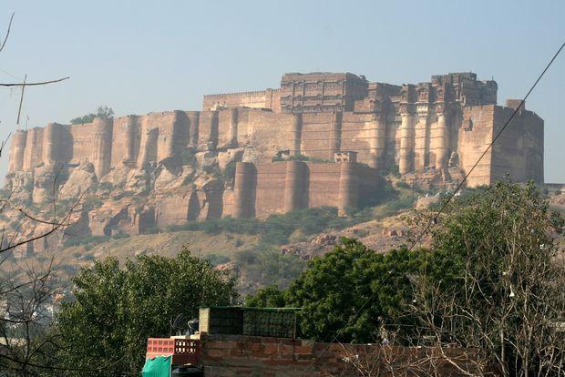 Photo d'une forteresse (source: http://unoeilsurlaterre.com/images/voyages/inde-2012/inde-20121108-3657-jodhpur-forteresse-mehrangarh.jpg)