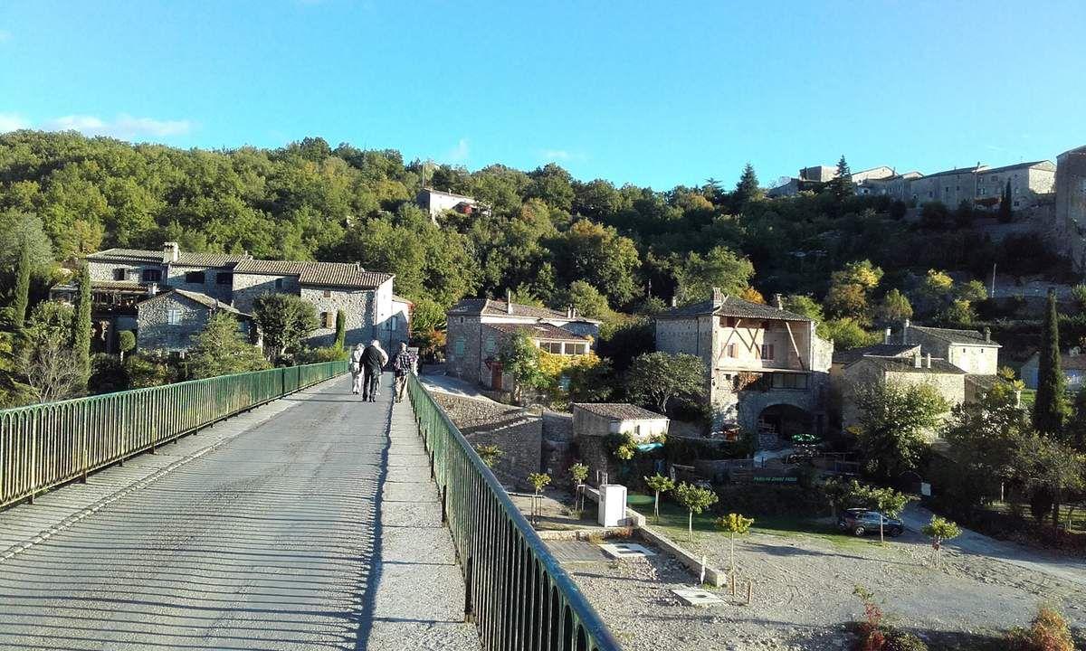 Le pont routier, seul accès au village
