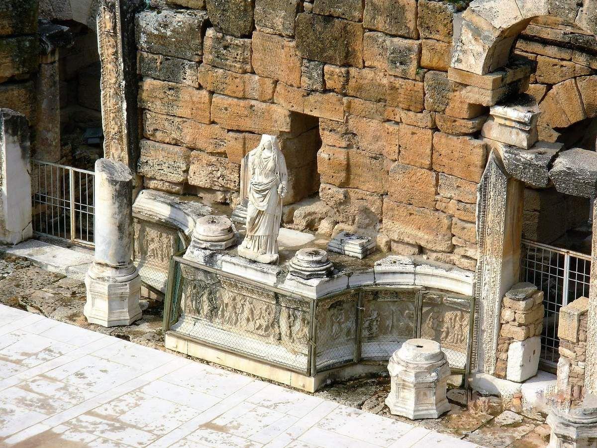 Bas reliefs qui décorent la base du mur de la scène.