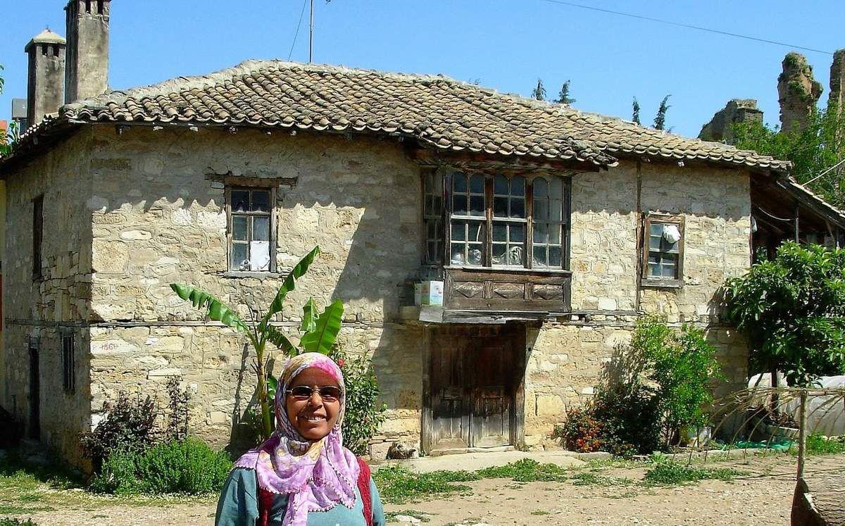 Les femmes Turque sont très accueillante / On distingue à droite de la photo, le mur de l'aqueduc