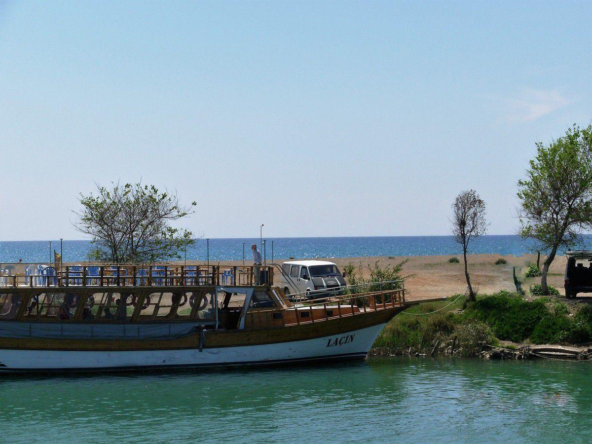 """Banc de sable entre fleuve """"Manavgat"""" et mer """"Méditerranée"""""""