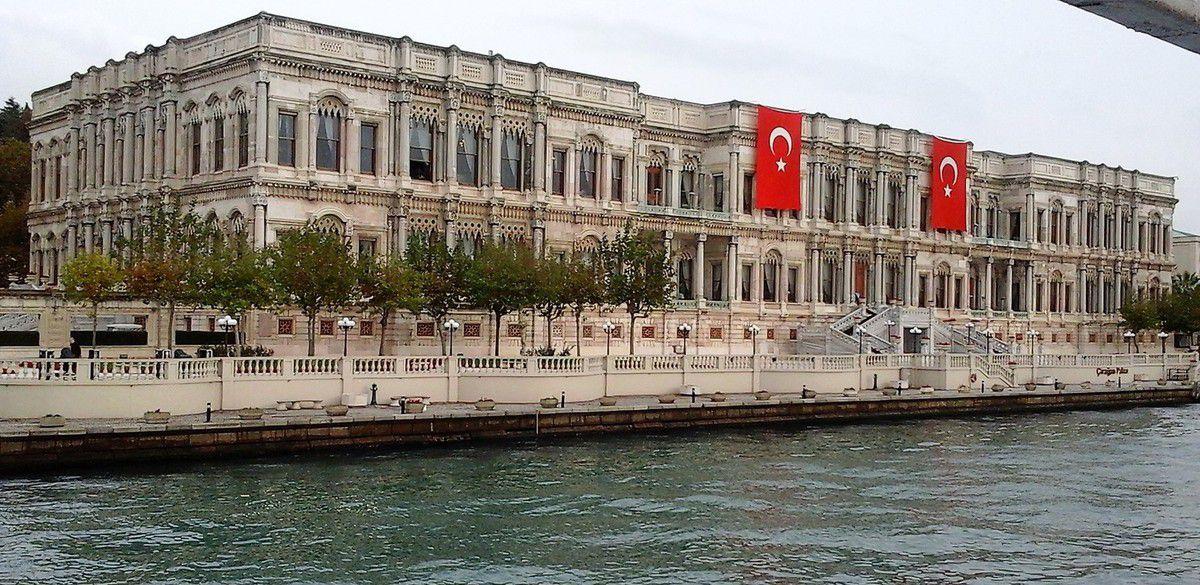 Sur la rive Européenne, le Palais de Tchéragan ancien Palais Ottoman devenu un hôtel de luxe