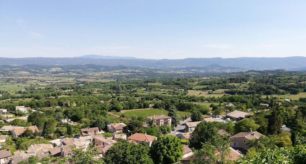 En fond le Mont Ventoux, devant les Monts du Vaucluse