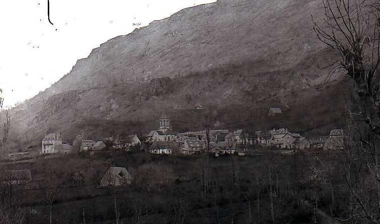 La grange des Amandies  à gauche au premier plan