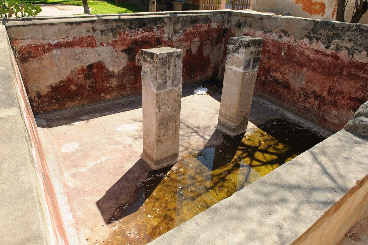 Le quai où étaient débarqués les esclaves et une fosse dans laquelle ils étaient entassés