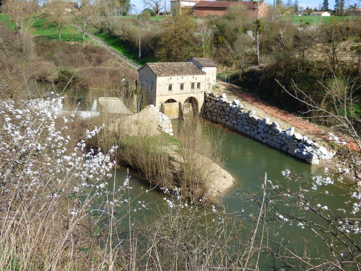 Un moulin près de la rivière.