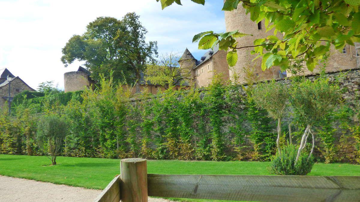 Les jardins du Château de Bournazel en Aveyron.