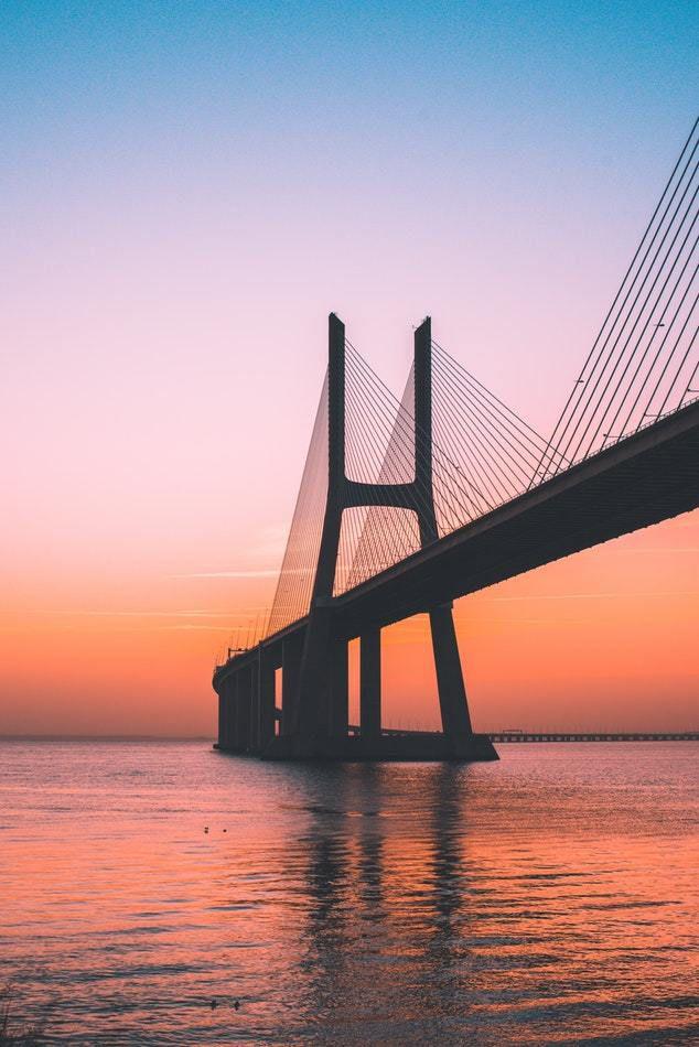 Comme un pont au lever du soleil entre le ciel et la terre