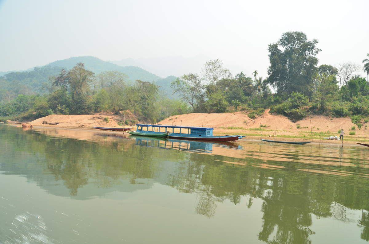 Nous logerons dans un bungalow de l'hôtel Saylom à 6 euros la nuit avec vue sur la rivière.