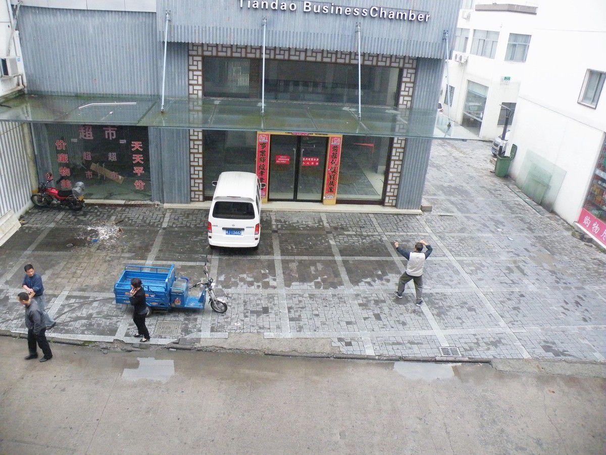 GRANDIOSE, inoubliable, Pour accéder à Huang Shan, on passe par la petite ville de Tangkou. A Taiping, on a visité une exploitation de thé et on l'a dégusté chez un petit producteur