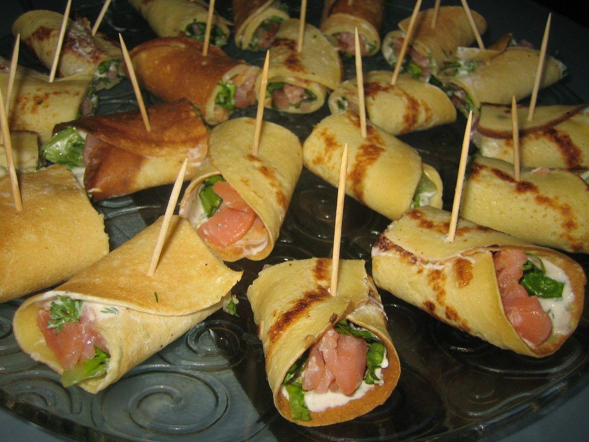 Bouchées apéritives: crêpes farcies au saumon fumé, crudités et fromage blanc à l'aneth