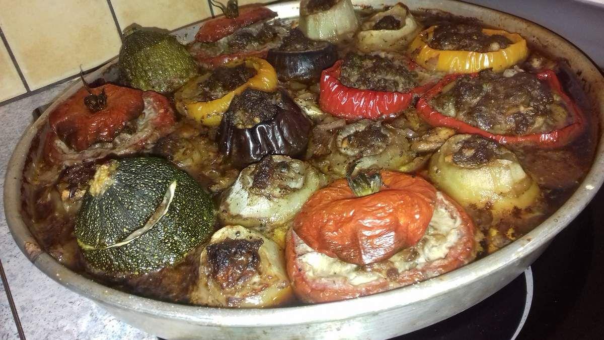 Les légumes farcis, appelés aussi farcis de légumes ou petits farcis représentent un plat traditionnel dans la cuisine de multiples pays.  En France, les farcis de légumes sont originaires de la région provençale puisque les légumes utilisés généralement sont méditerranéens: tomates, aubergines, courgette, oignons, poivrons.  La région niçoise a même sa propre recette de farcis!.  Mais vous retrouverez  d'autres recettes de légumes farcis dans d'autres pays et seront appelés alors: dolmas ou sarmas: en Grèce, Arménie, Liban, Iran... Des épices et des aromates seront aussi rajoutés alors.  Concernant la farce, idem.Il y a autant de recette de farce que de recettes de légumes farcis!. En effet, certains prendront de la chair à saucisse,ou du haché de porc, de bœuf, de veau ou encore d'agneau. D'autres mixeront 2 farces (qui est de mon point de vue, plus goûteux. J'utilise donc soit du veau-boeuf soit du porc-boeuf soit du porc-veau suivant mes envies).  D'autres rajouteront de la mie de pain, ou de l'œuf ou les 2. D'autres mélangeront la viande hachée avec du riz. Tout est possible car les légumes farcis est une recette qui se préparent à base de restes.  Concernant la cuisson, c'est pareil. Certains cuiront au préalable les légumes dans de l'eau bouillante. D'autres les cuiront tels quel au four tout doucement. Certains y rajouteront un bouillon de viande-légumes (ce qui est mon cas car les légumes farcis seront ainsi bien juteux et pas secs du tout) et laisseront les légumes cuire pendant 1h30 à 170°C au four (qui est une cuisson douce et lente mais je trouve plus respectueuse de la qualité et de la fermeté des légumes). D'autres préfèreront les cuire avec un filet d'huile d'olive au four.  Voilà!. Il n'y a pas de règles prédéfinies sur les légumes farcis, à chacun sa propre recette de famille.  Voici donc ma recette à moi!. Une cuisson lente et longue au four dans un bouillon, 2 viandes pour la farce et du riz ou du boulgour en accompagnement.  Vous constaterez sur