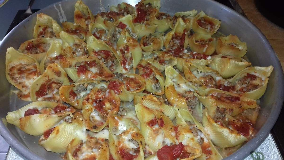 Voici une recette de pâtes italiennes, les conchiglionis, qui sont de grosses pâtes à farcir, avec de la viande hachée de bœuf, une sauce béchamel et un coulis de tomates.  Vous trouverez des liens pour la sauce béchamel, comment réaliser un roux blond, et le coulis de tomates dans cette recette.  cette recette d'Italie change un peu des lasagnes et des cannelonis.  Vous pouvez farcir les conchiglionis avec des farces à base de légumes, poisson, fromages.  je rajoute une sauce tomates et une béchamel afin d'éviter que les cochiglionis se dessèchent au four.