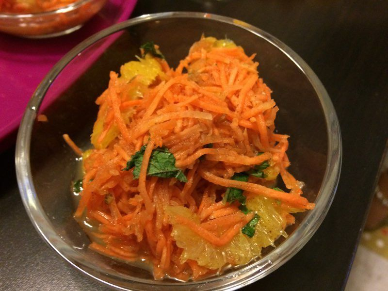 Voici une entrée toute simple orientale à réaliser: la salade marocaine à la cannelle et aux oranges.  J'avais déjà posté une recette de salade de carottes orientale à la coriandre,