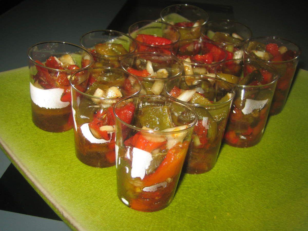 voici une idée sympa pour des verrines ultra faciles à réaliser, servies à l'apéro ou en entrée:  des poivrons cuits au four, coupés en morceaux avec un oignon cébette, de l'huile d'olives et du vinaigre balsamique.  Ces verrines de légumes changeront des chips et cacahuètes et seront appréciées pour leur simplicité et leur fraicheur.