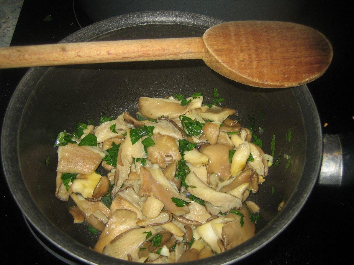 L'automne, c'est la saison des champignons et il en existe une multitude de variétés et de recettes.  Voici une recette toute simple et rapide: une fricassée de pleurotes à l'ail et au persil qui accompagnera viande ou poisson mais encore à manger simplement comme cela en plat de résistance ou encore en entrée.