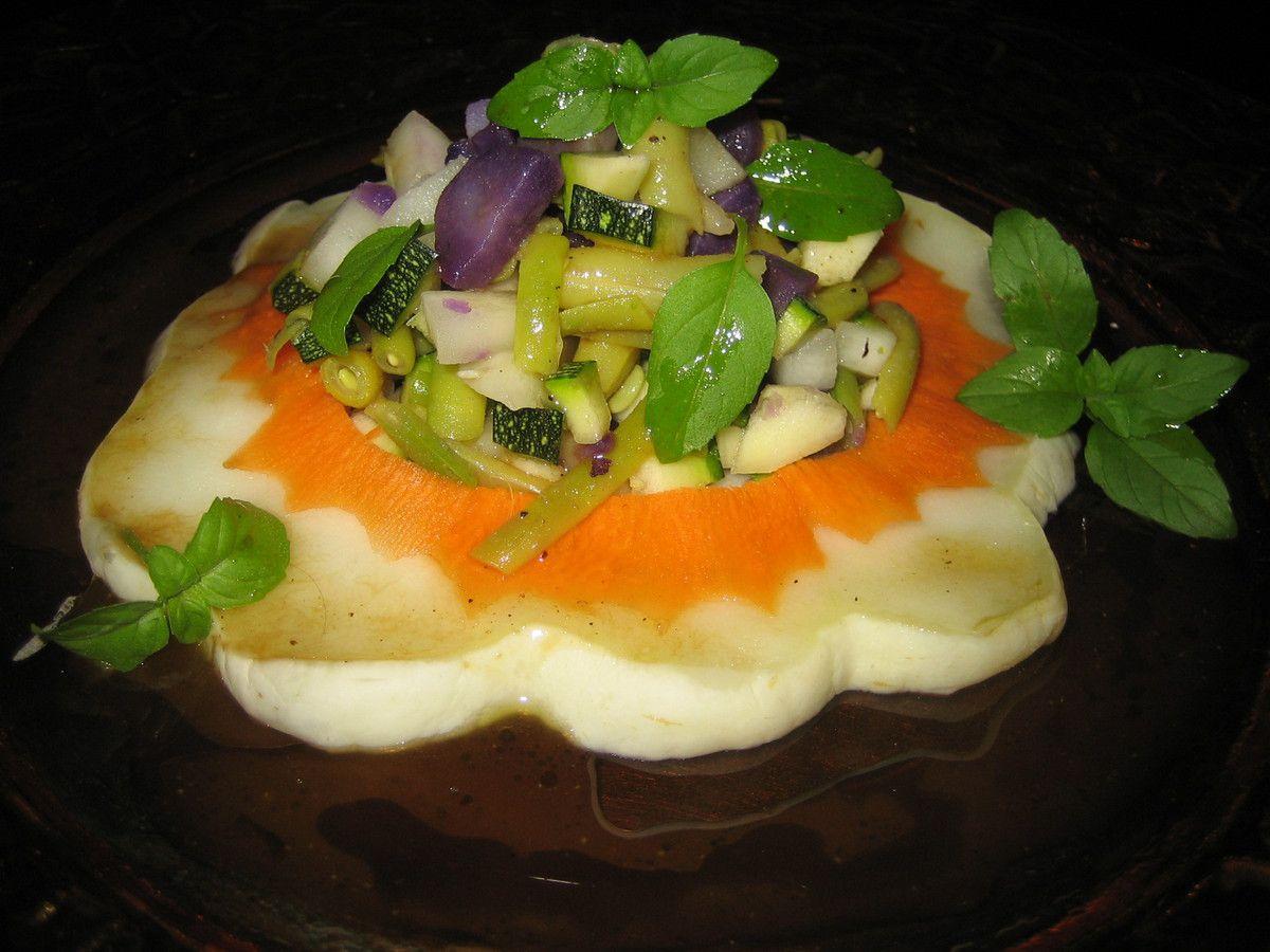 Cette année, j'ai récolté beaucoup de pâtissons dans mon potager.  Le pâtisson est un légume que l'on a pas trop l'habitude de cuisiner. Souvent, il sera présenté en cuisson au four avec de la crème fraiche et de la muscade.  Pourtant, il peut se cuisiner de 1001 façons!.  Voici une petite salade gourmande, croquante et colorée de légumes - pâtisson, pommes de terre vitelotte, courgette, haricots beurre et carotte- agrémentée d'une vinaigrette à la crème de vinaigre balsamique et au citron.