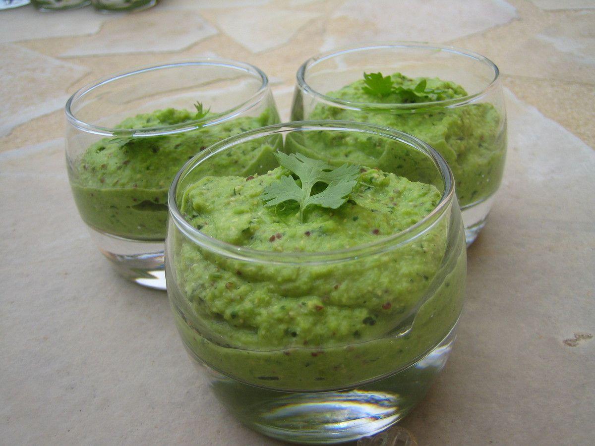 Cette recette rafraîchissante et légère, très facile à réaliser, peut se déguster soit à l'apéro dans des verrines soit en entrée.  Les petits pois se marient à merveille avec la moutarde en grains et la coriandre...