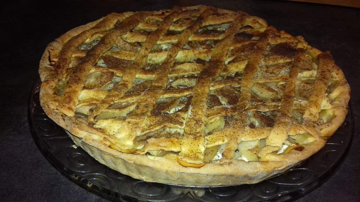 """J'avais déjà posté plusieurs recettes de tarte aux pommes:  - La tarte normande  - la tarte paysanne. Après la publication de la recette de la pâte à tarte ou pâte brisée, une bonne tarte aux fruits s'imposait sur mon blog!.  Et bien-sûr une tarte aux fruits alsacienne de part mes origines mulhousiennes.  Voici donc la recette de la tarte aux pommes alsaciennes, avec de la cannelle, épice très utilisé dans la pâtisserie en Alsace.  Pour cette recette de tarte aux pommes, vous pouvez prendre une pâte à tarte """"toute prête"""" en supermarché, mais je vous invite fortement à la préparation de votre fond de tarte maison. En effet, il est très simple et rapide de réaliser une pâte brisée (ou appelée aussi pâte à tarte) ou encore une pâte sablée. Cela vous prendra moins de 10 minutes: 5 minutes pour la préparation de la pâte brisée et 5 minutes pour étaler celle-ci!.  Je vous mets le lien de la recette de la pâte brisée, dans laquelle vous verrez les étapes de la réalisation de la pâte à tarte avec des photos. Passons à la recette de la tarte aux pommes alsacienne"""