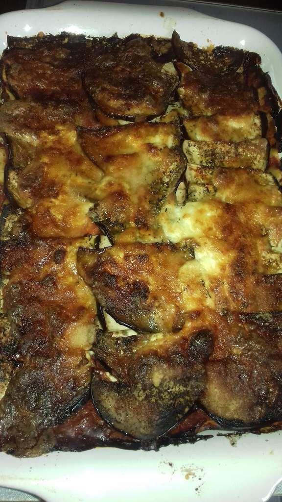 """Pour cette recette improvisée de lasagnes au bœuf, aubergines et burrata, j'ai fait """"un mixe"""" entre l'Italie et la Grèce.Une idée, comme ça...  Les lasagnes italiennes sont  à base de pâtes, de viande hachée de bœuf, de sauce tomates et de mozzarella et la moussaka grecque est à confectionnée à partir de viande hachée (généralement d'agneau mais parfois aussi de bœuf), de sauce béchamel épaisse  et de coulis de tomates.Pour changer et obtenir un aspect crémeux et gourmand à la recette de lasagnes, j'ai remplacé la mozzarella par de la burrata qui est un fromage typique italien, issu de la mozzarella. La burrata a un cœur crémeux et est un fromage à pâte filée à base de lait de bufflonne ou de vache.  Si vous n'en trouvez pas vous pourrez le remplacer par de la mozzarella ( de vache ou de bufflonne) pour cette recette.  Par ailleurs, vous pourrez utiliser des plaques de lasagnes toutes prêtes: soit déshydratées, vendues au rayon des pâtes ou des plaques de lasagnes fraiches, qui se trouvent au rayon des pâtes fraiches.  Une recette méditerranéenne très simple à réaliser qui mettre un peu de soleil dans vos assiettes!."""